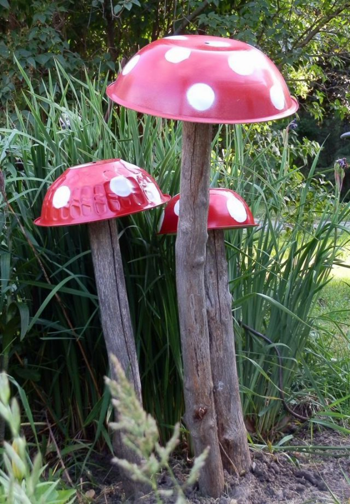 champignons rouges avec bols de salade, aménagement jardin avec décorations à bricoler