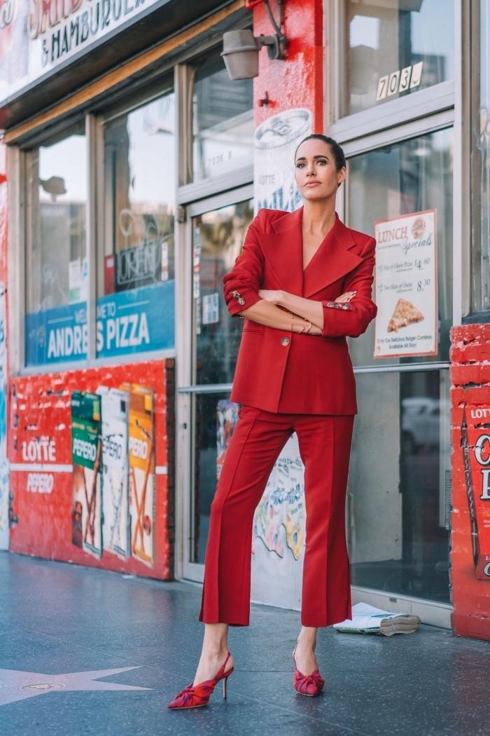 quelles couleurs vêtements pour une cérémonie femme, modèle de costume blazer et pantalon en rouge, exemple chaussures à talons