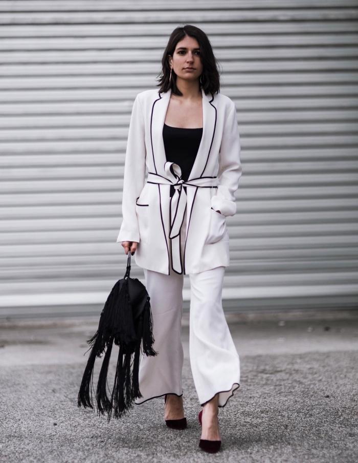 comment bien s'habiller en blanc et noir femme, modèle de tailleur pantalon en blanc avec bordure en noir et ceinture