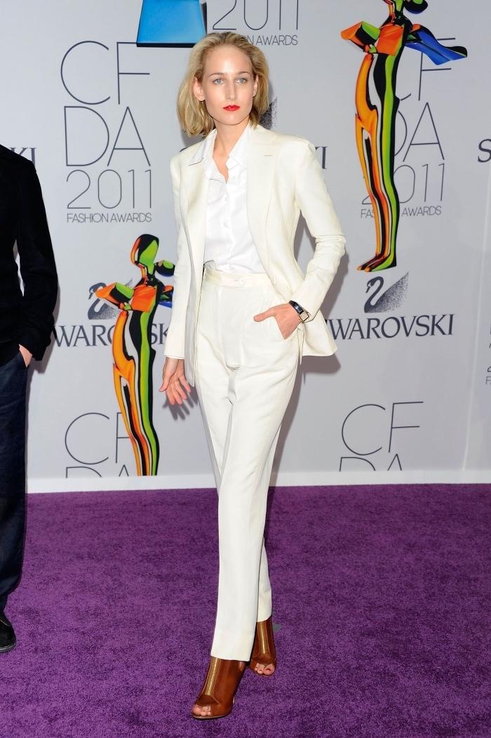 look total blanc en costume femme et chemise, accessoire montre noir pour femme, maquillage avec rouge à lèvre rouge
