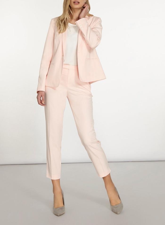 vêtements rose pastel pour cérémonie femme, modèle de tailleur pantalon en rose pastel, idée chaussures à talons grises