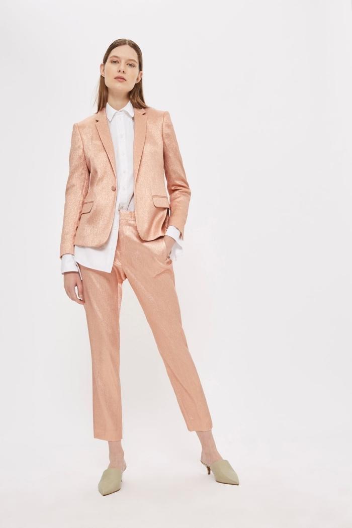 tailleur pantalon femme pour cérémonie, modèle de chemise blanche longue combinée avec costume rose gold femme
