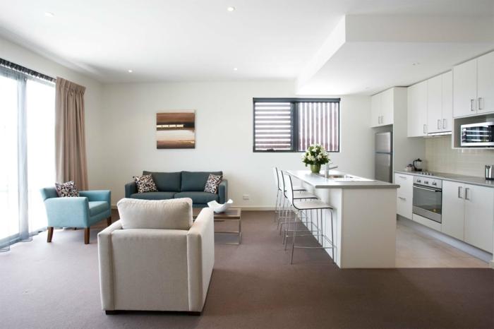 aménagement cuisine petite surface, ilot de cuisine, armoires de cuisine blanches, fauteuils rétro