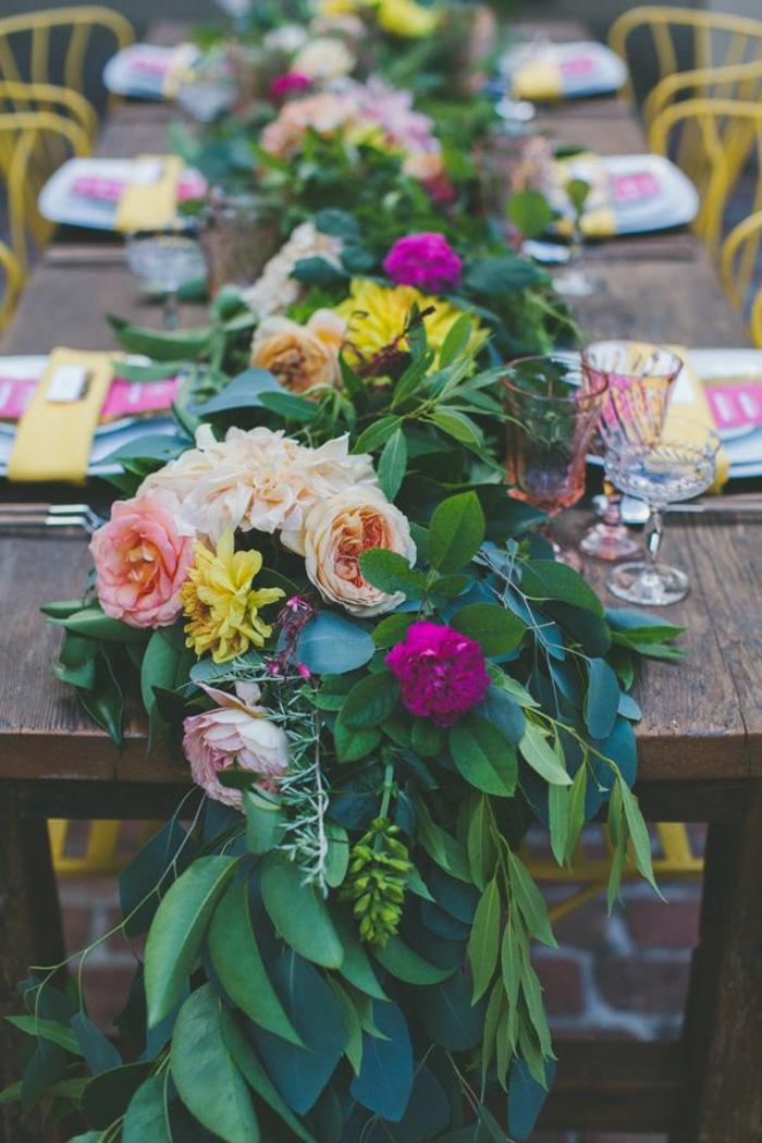 composition florale de mariage, combinaison de fleurs multicolores, chaises jaunes