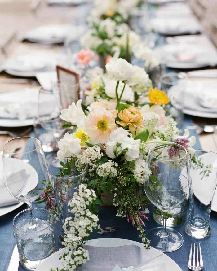 chemin de table floral, fleurs délicates en jaune et blanc et verure fraiche, verres en verre