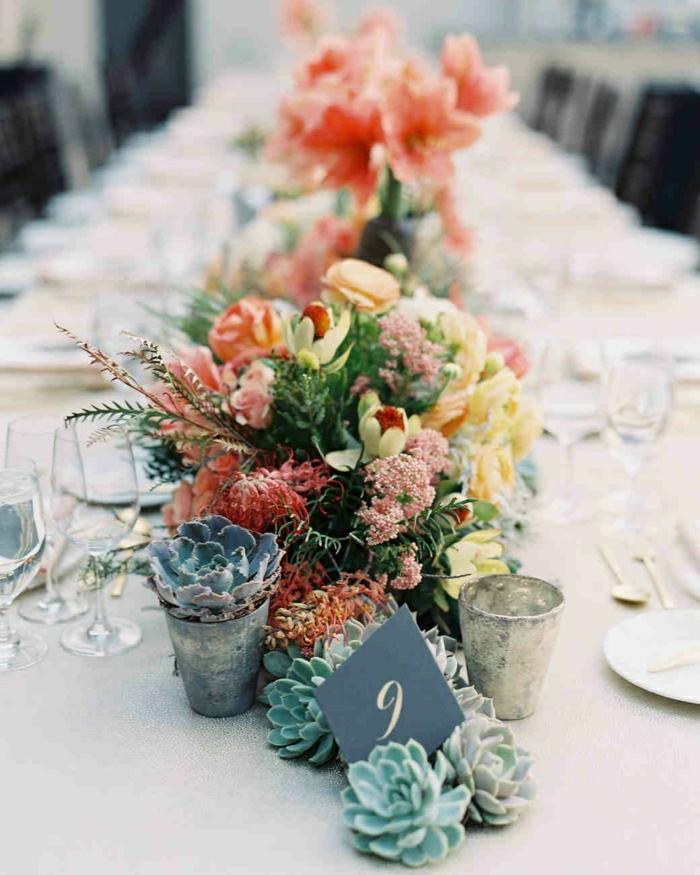 décoration de table florale, composition florale mariage, nappe blanche, fleurs et succulentes