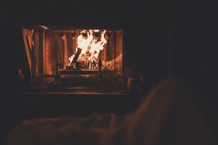 idée cheminée classique bois idee pour créer une ambiance cocooning, ambiance pièce romantique
