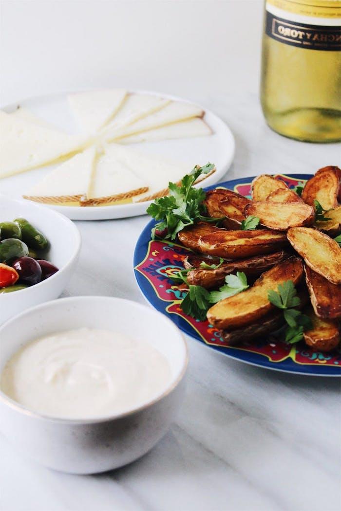 Pommes frites originales, batatas bravas avec sauce ali oli, apero dinatoire original, entrée simple et raffinée, les entrees opetits