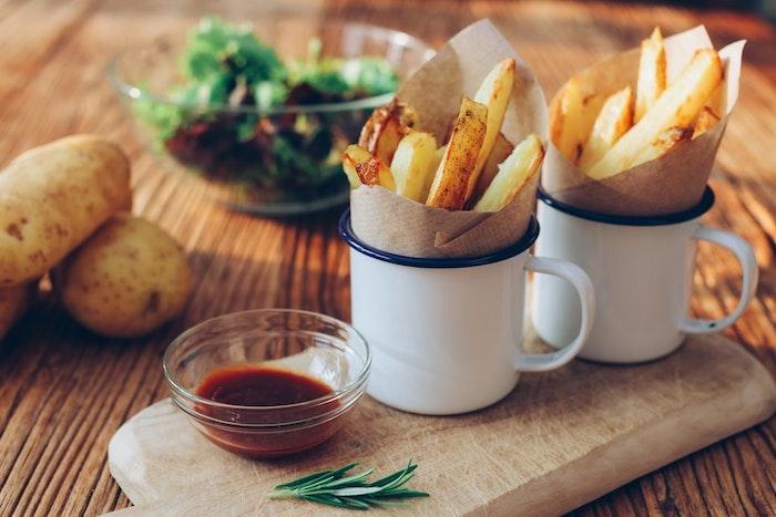 Pommes frites avec sauces, originale idée comment les présenter à ses invités, idée de repas d anniversaire, entrée simple et raffinée,