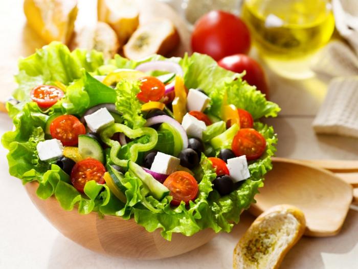 salade originale avec des laitues frisées, pin croustillant, cubes de fromage de chèvre
