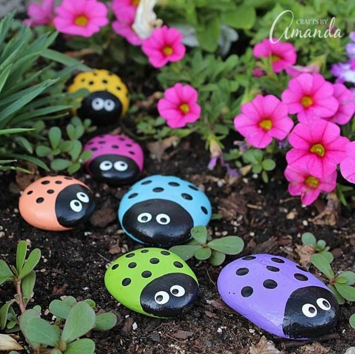galets transformés en coccinnelles, déco jardin coloré et joyeux, pétunias lilas