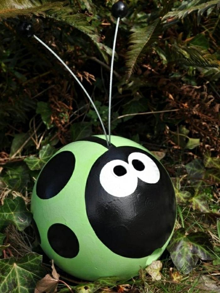 petite boule transformée en coccinnelle, objets pour la décoration jardin avec matériaux faciles