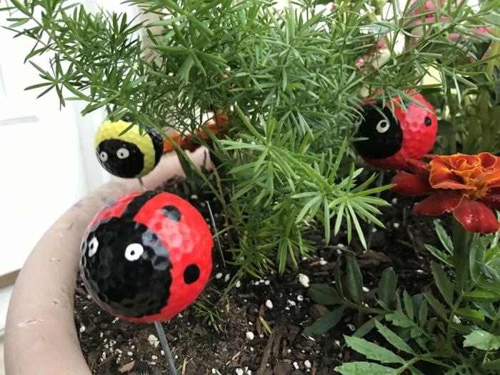 coccinnelles rouges en pots de fleur, decoration de jardinc créative, aménager son jardin deco