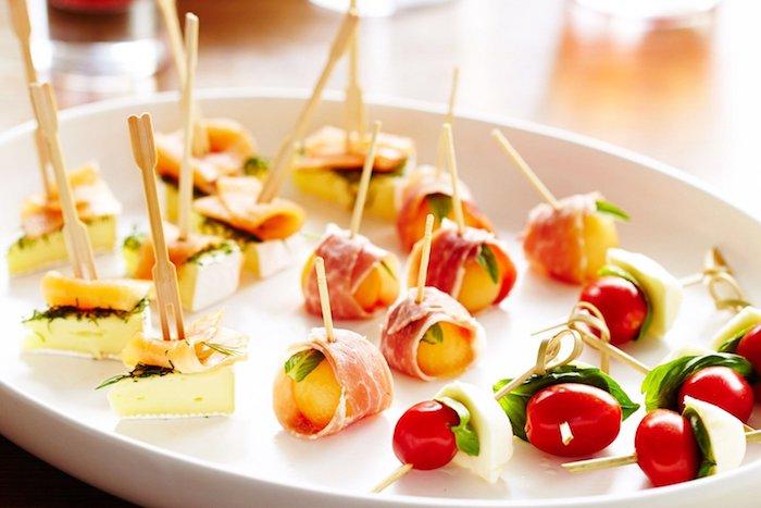 Brochettes de tomate cerises et mozza, idée repas anniversaire, entrée simple et raffinée, cool idée diner
