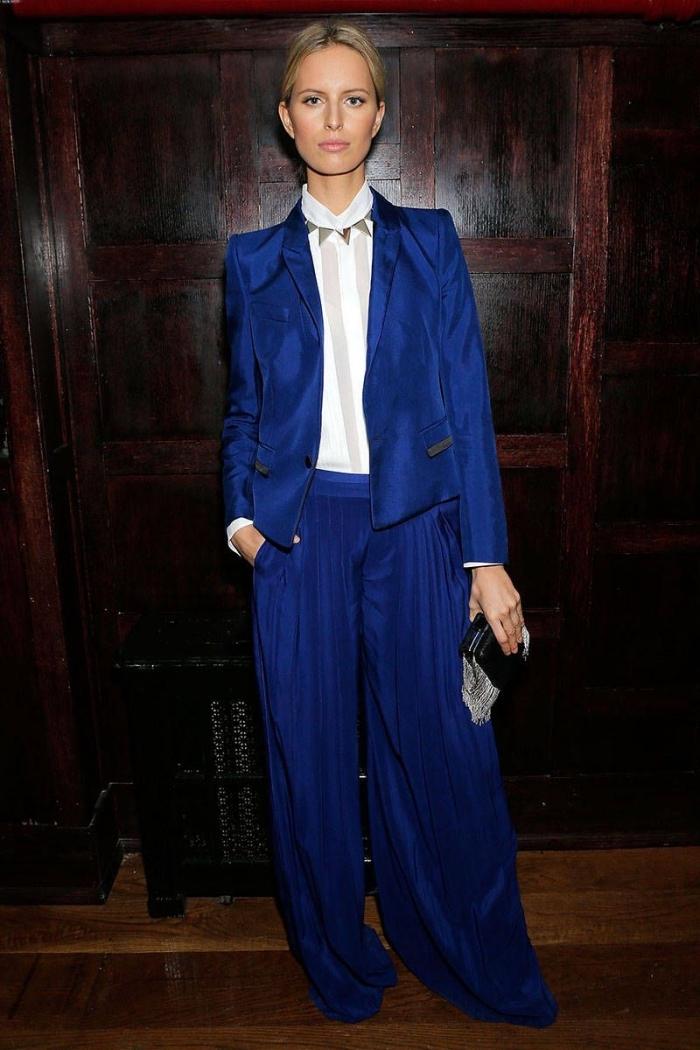 quelle couleur vêtement assortir avec le bleu, idée tailleur femme en bleu foncé combiné avec chemise col blanche