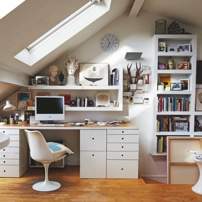 un espace bureau fonctionnel aménagé en sous-pente avec des étagères ouvertes, meuble sous pente sur mesure pour optimiser l'espace mansardé