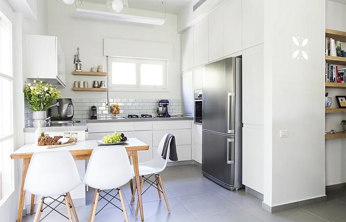 petite cuisine équipée, chaises scandinaves, frigo chromé, carreaux blancs, étagères en bois, aménager une petite cuisine blanche