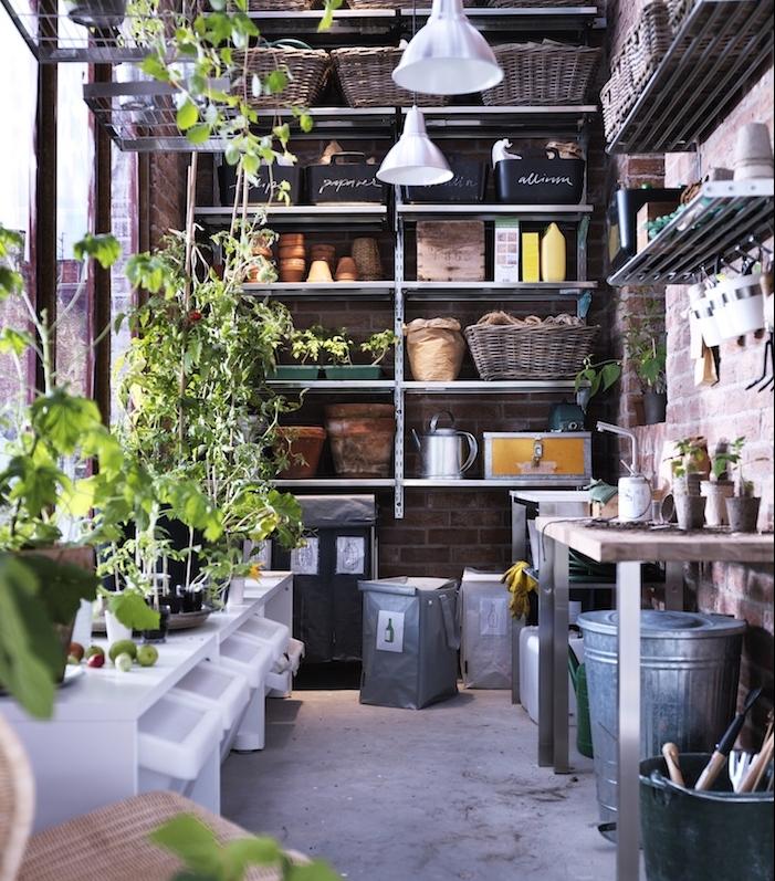 outils de jardinage sur rangés sur étagère, panier de rangement osier, deco de plantes vertes, modele potager de balcon et coin jardinage