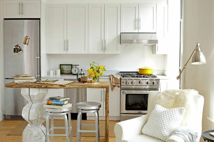 cuisine blanche et bois, tabourets en métal, cuisinière rétro, fauteuil blanc, armoires de cuisine blanches, frigo chromé