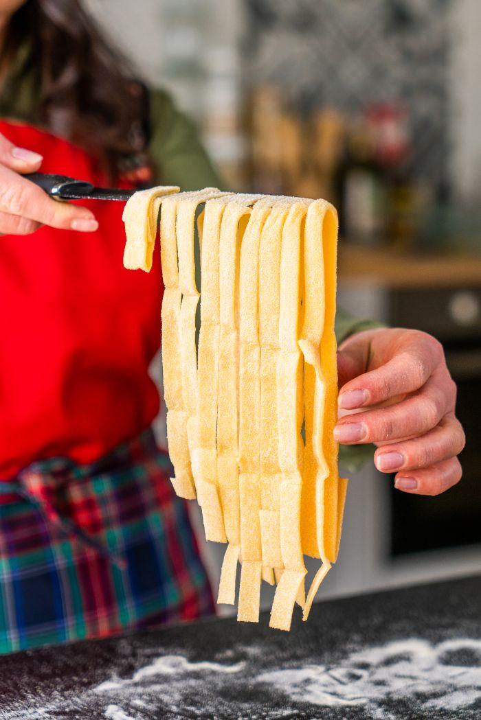 comment faire des pates chez soi, exemple de tagliatelles maison à base de farine de blé et de semoule