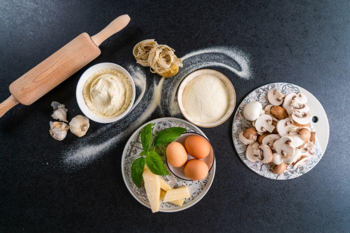 les ingrédients nécessaires pour faire pate maison fraiche à base de farine de blé et de semoule avc des oeufs