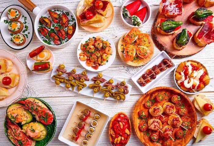 Préparer différentes apéros pour vos invités, table anniversaire avocat, pimentes avec feta, patatas bravas, pinchos avec crevette
