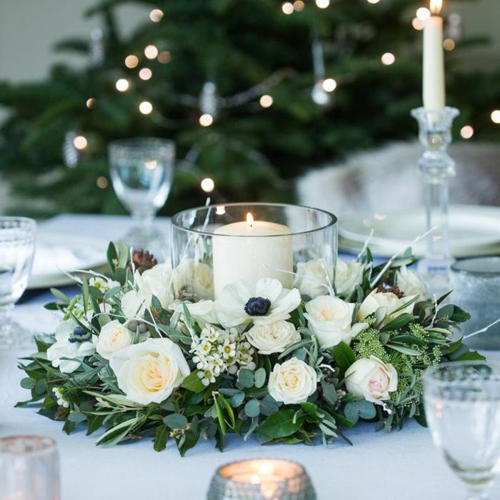 composition florale de table, roses blanches, bougeoir et bougie blanche, feuillage, pavot blanc, roses