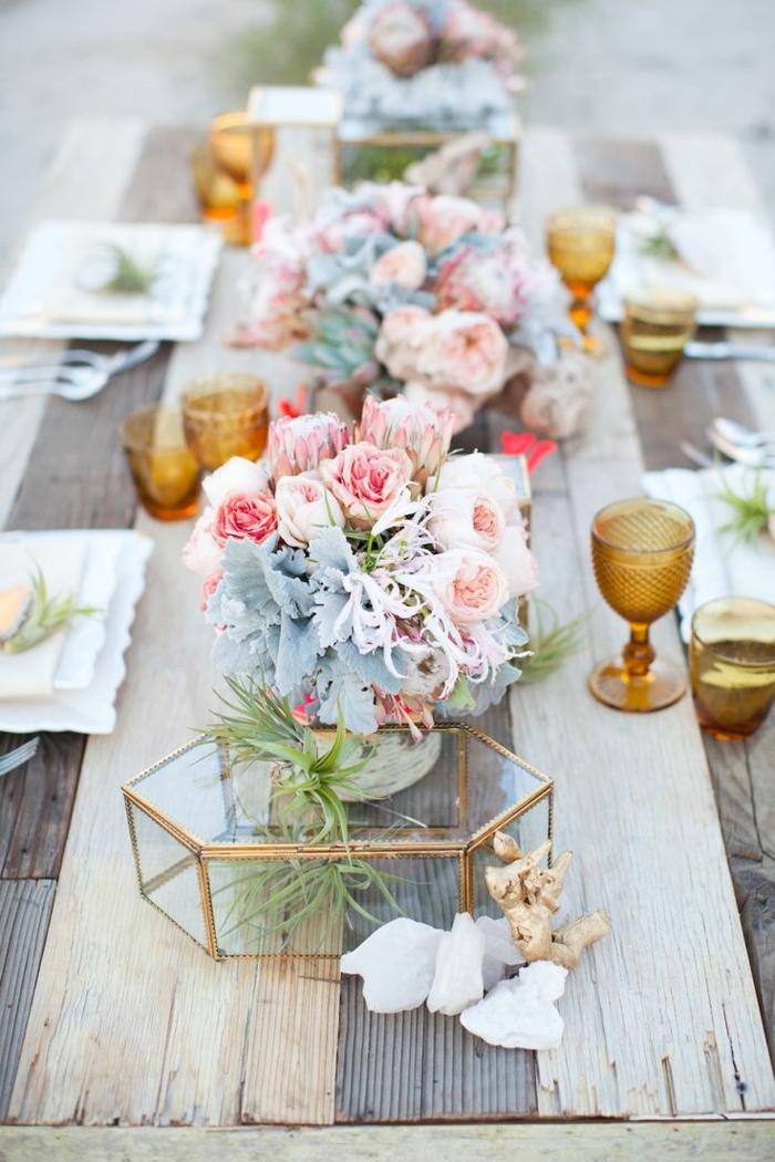 centre de table mariage de fleur champetre, bougeoirs jaunes transparents, bouquets de fleurs et succulentes