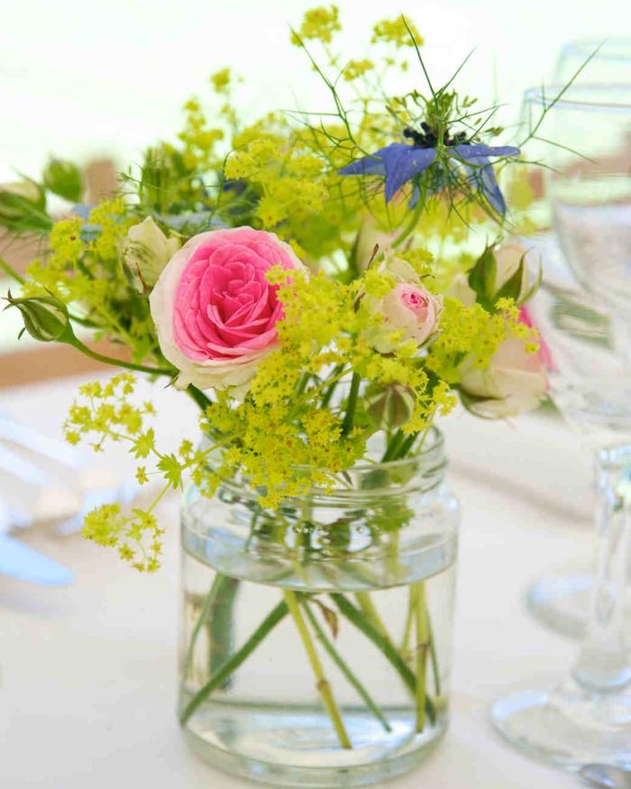 bouquet rustique avec roses et verdure, fleur champetre bleu, vase bocal en verre