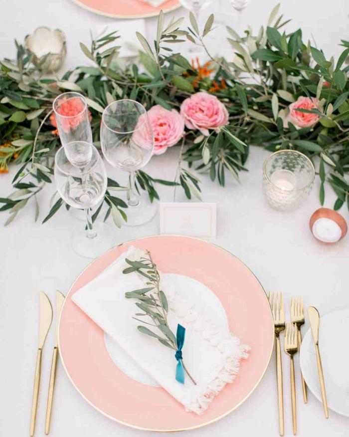 décor pour mariage romantique vintage, assiette rose, verres à vin, ustensiles dorés