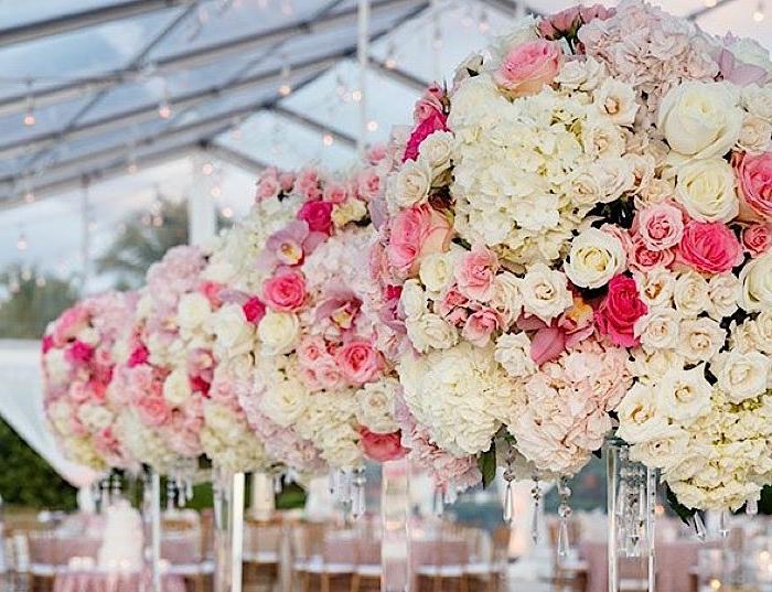 décoration florale mariage, roses suspendues du plafond, teinte, mariage à l'extérieur, guirlandes d'ampoules électriques