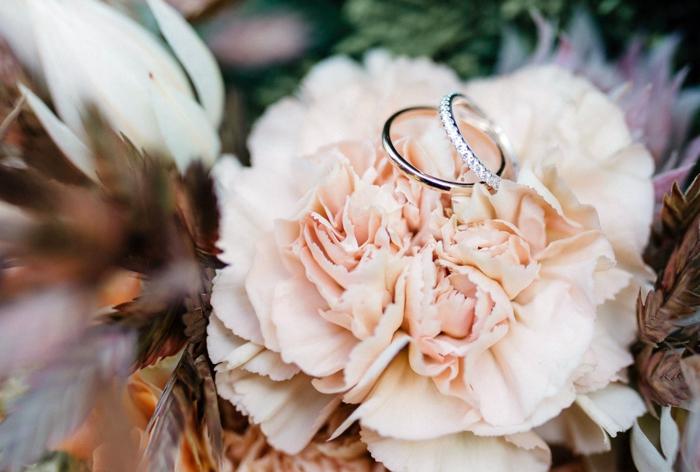 bouquet mariée rose pâle, deux anneaux et fleurs sèches, photographie artistique de bouquet de fleurs mariage