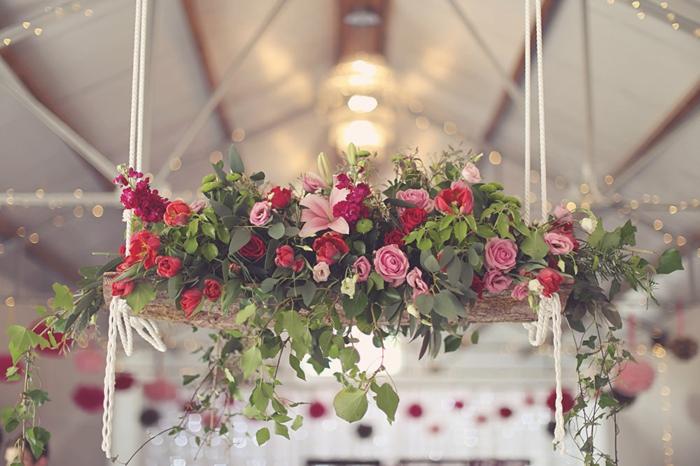 suspension florale en roses, composition élégante avec feuillage vert en cascade, fleurs suspendues au plafond