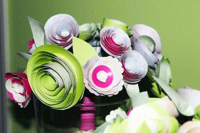 joli bouquet de roses en papier cartonné en centre de table original, faire des fleurs en papier pour décorer une table printanière