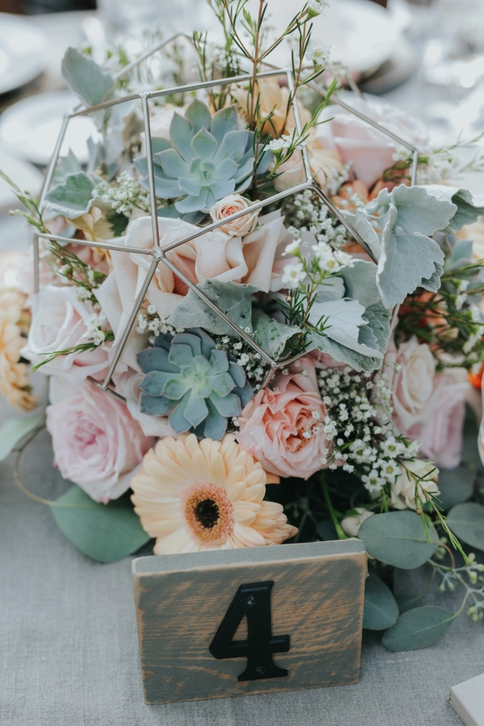composition florale mariage, succulentes, gerbers oranges, roses pâles, déco géométrique