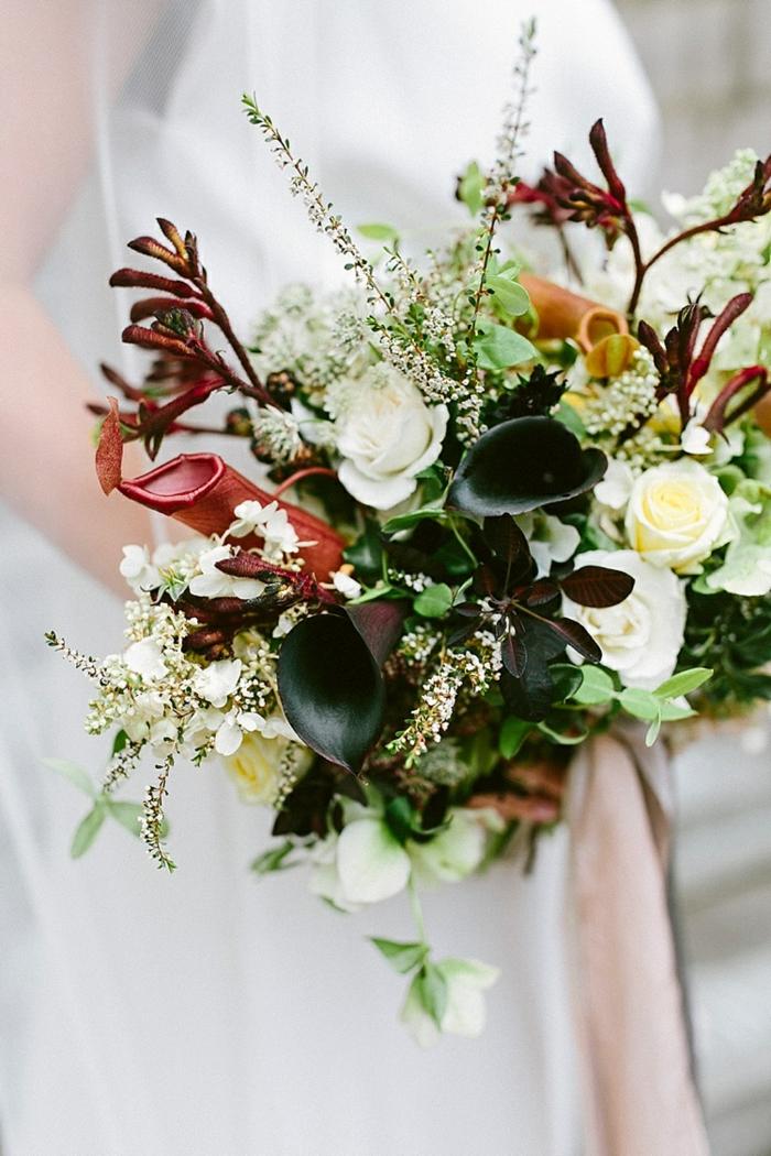 jolie composition florale avec roses et callas, bouquet texturé, robe blanche, grand bouquet