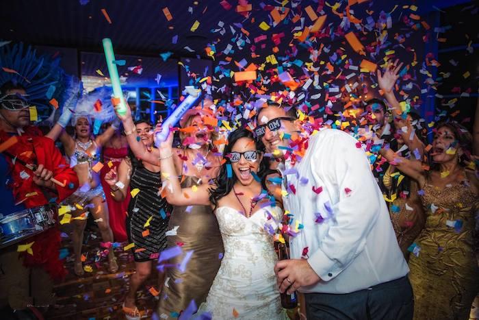 Soiree avec confetti et danseuses comme au Rio, idée animation mariage temoin, idée surprise mariage