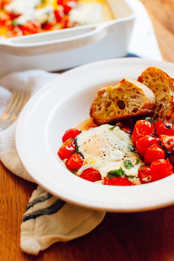 Plat principal très gourmand avec des oeufs de tomate et de fromage, idée repas pas cher, idee repas fete de famille, préparation plat simple