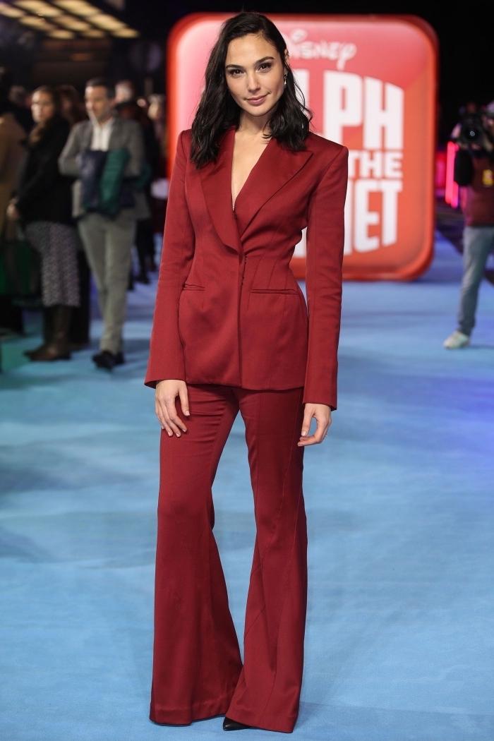ensemble tailleur femme chic, modèle de costume pour femme de couleur rouge, exemple blazer rouge à décolleté en V