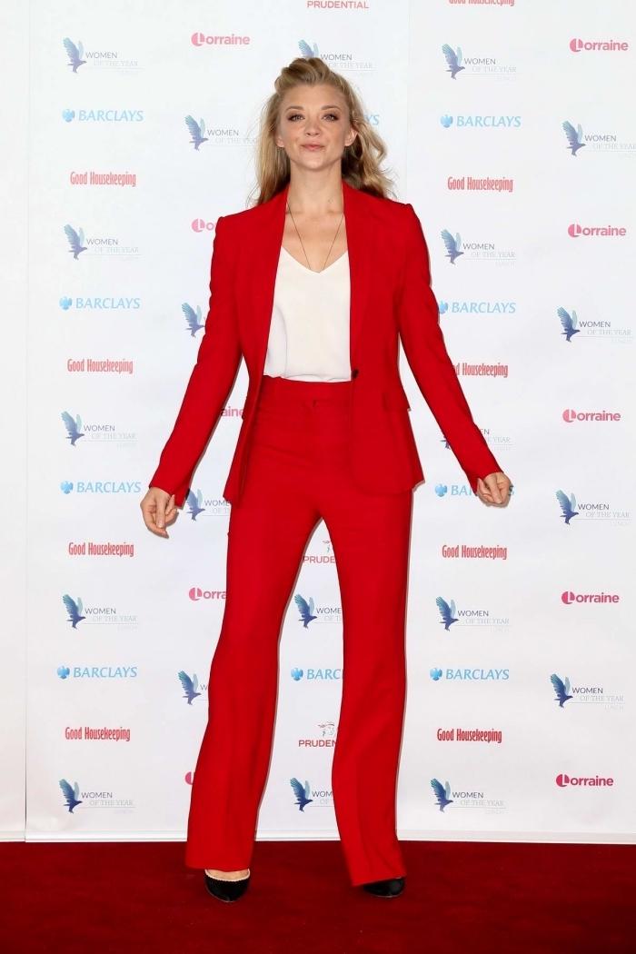 ensemble tailleur femme chic en rouge, modèle de pantalon fluide à taille haute de couleur rouge avec chemise blanche