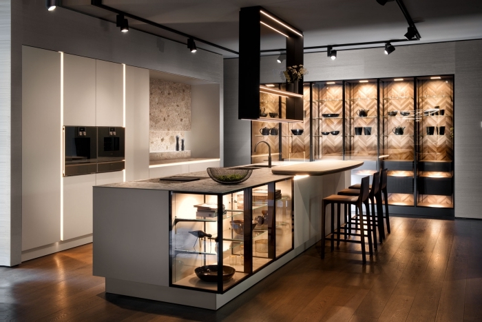 modele de cuisine grise avec parquet bois marron, exemple îlot avec coin repas intégré, rail luminaire pour cuisine
