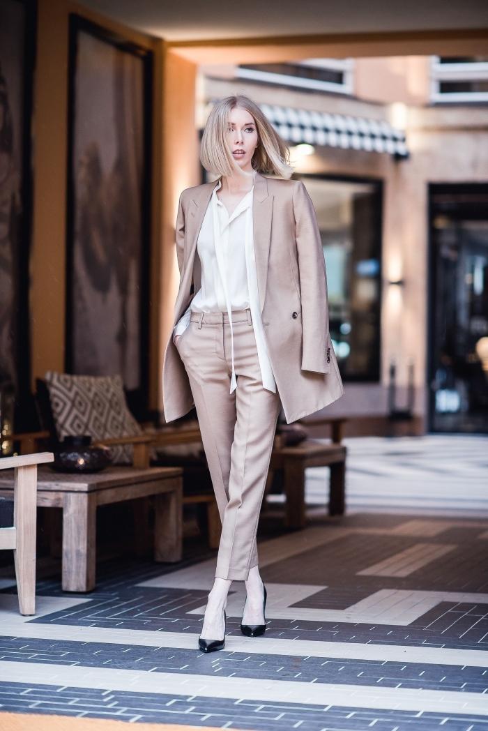 comment assortir les couleurs de ses vêtements, mode femme élégante avec costume beige associée avec chemise blanche