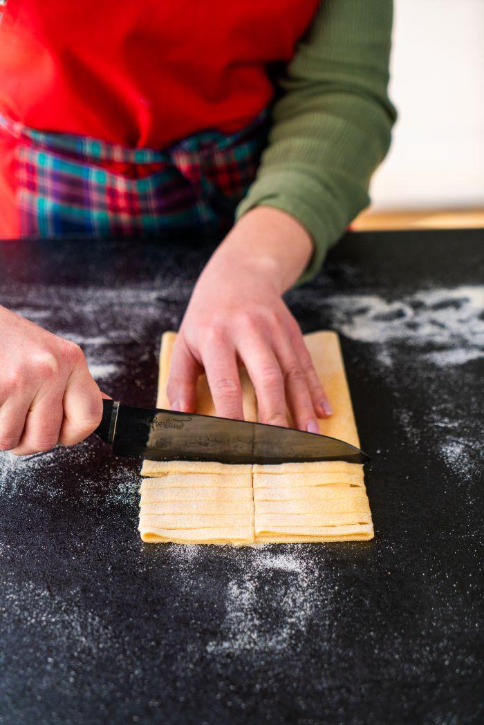 couper les tagliatelles au couteau, comment faire des pates fraiches chez soi, technique cuisine italienne simple