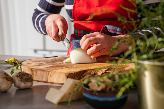 couper l échalote avec couteau en tranches, recette risotto champignons facile a faire comme repas du soir simple