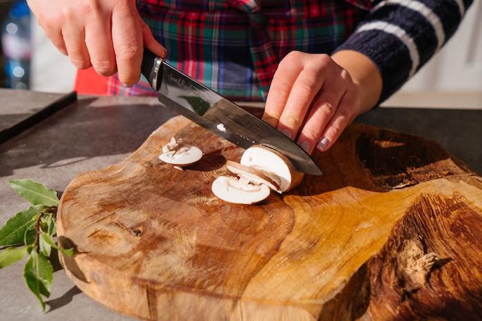recette risotto aux champignons avec du riz arborio, couper les champignons en tranches