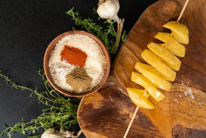 melanger le parmesan et les épices pour en couvrir lеs pommes de terre, apéritif léger facile à faire
