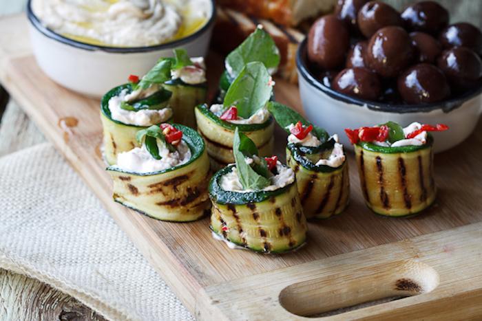 Courgette crue avec coeur de fromage crème et tomate, olives dans un bol, idee repas enfant, idee repas fete de famille, quel plat préparer pour ses invitées