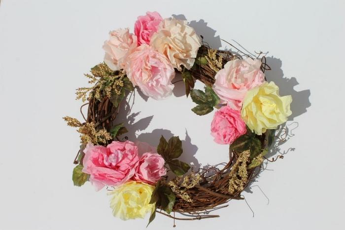 une couronne végétale embellie de roses réalisées à partir des filtres à café, idée pour faire des fleurs en papier récup