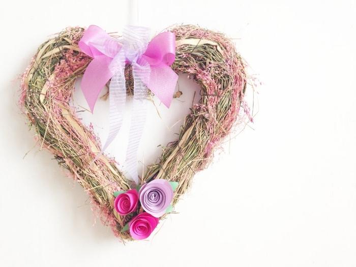 idée déco avec des roses en papier, couronne de printemps décorée de jolies roses en papier, fleur en papier facile