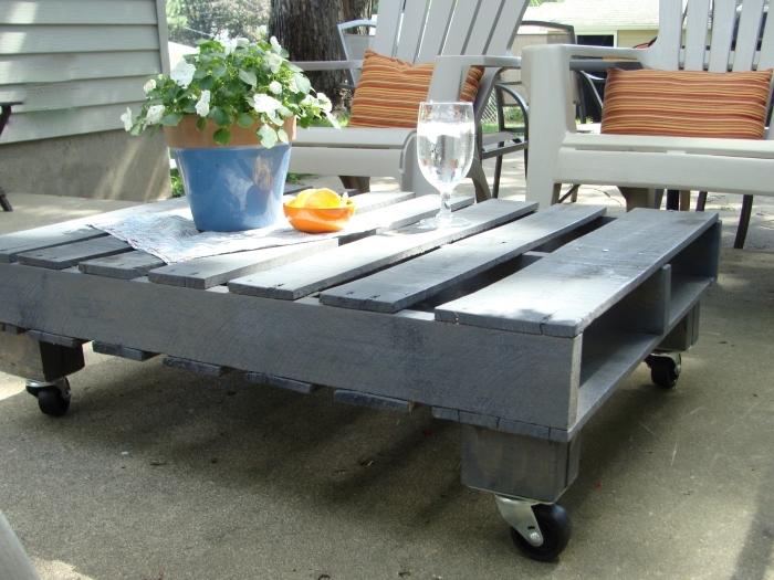 exemple de petite table de jardin en bois repeint en gris, idée comment aménager une arrière-cour avec meubles diy